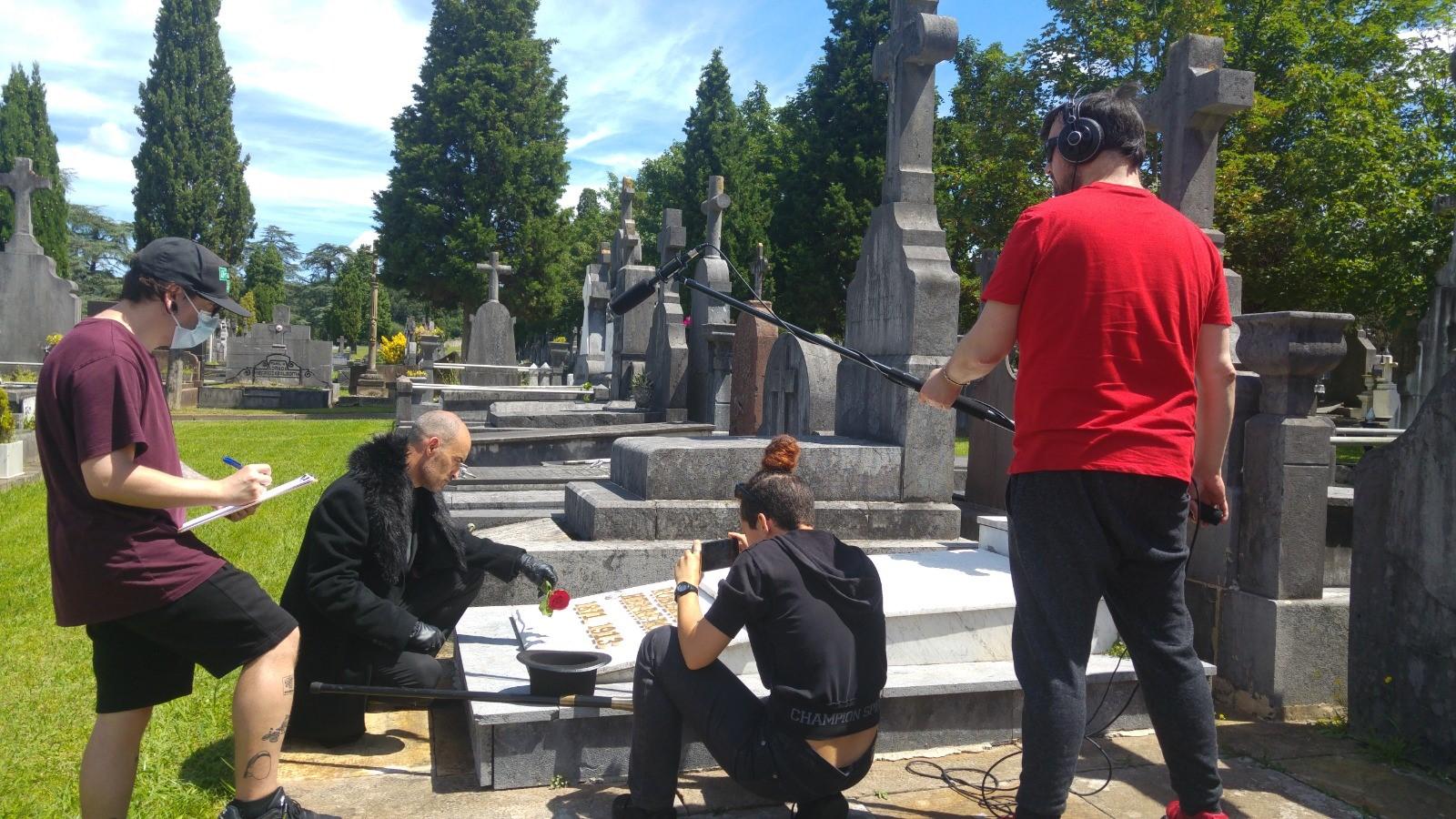 Un momento de la grabación en el cementerio municipal de Bilbao