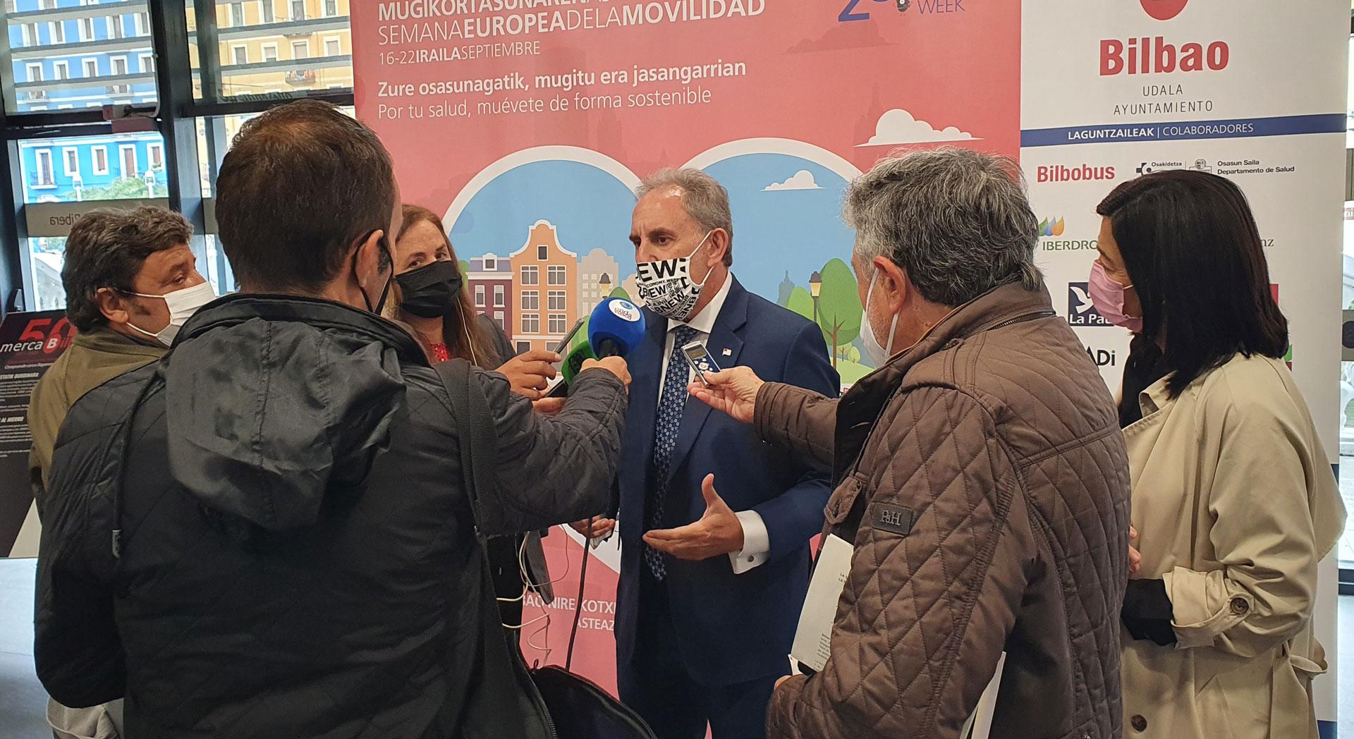 Alfonso Gil atendiendo a los medios de comunicación