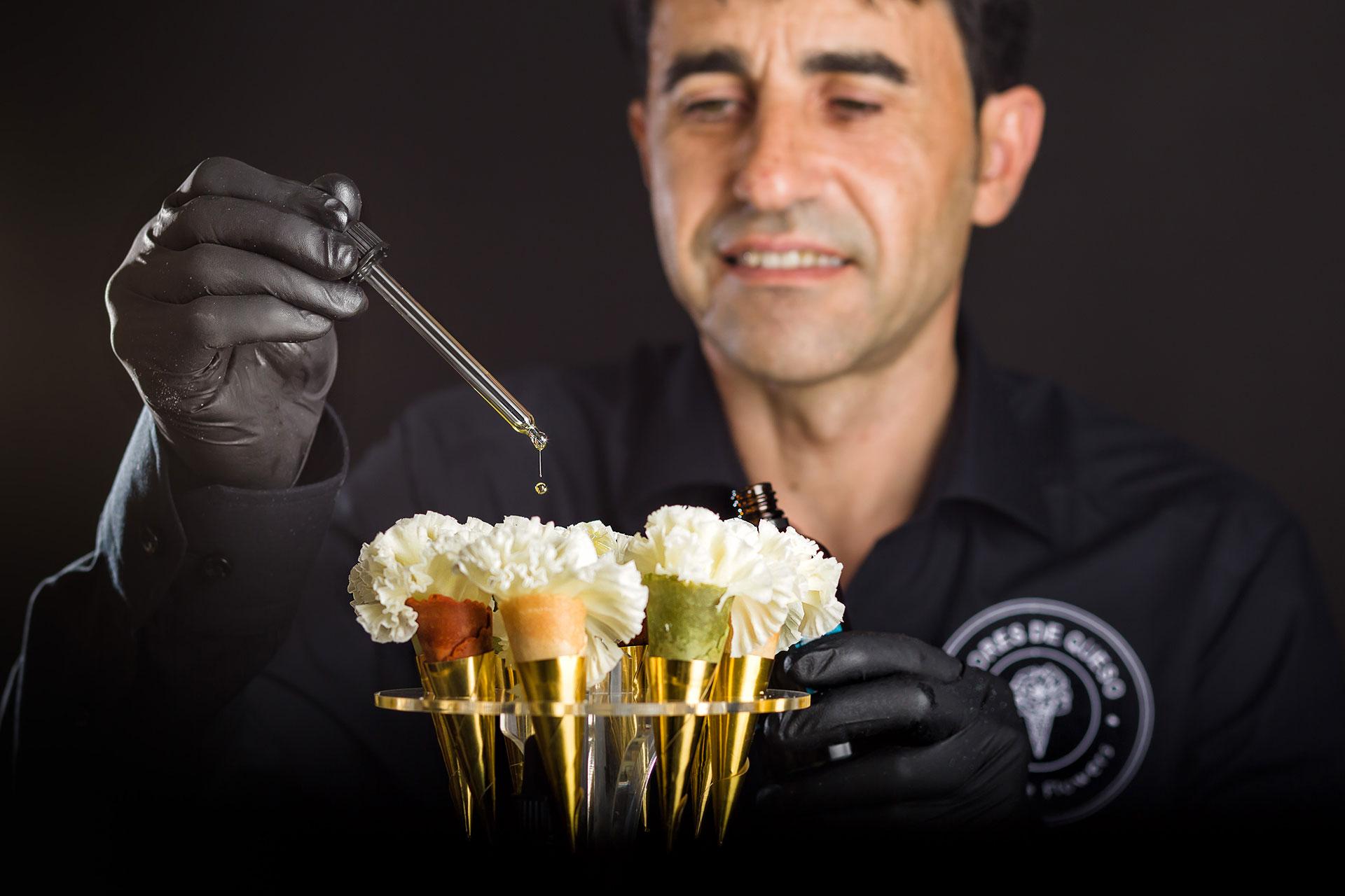 Santiago Mohedano con sus flores de queso